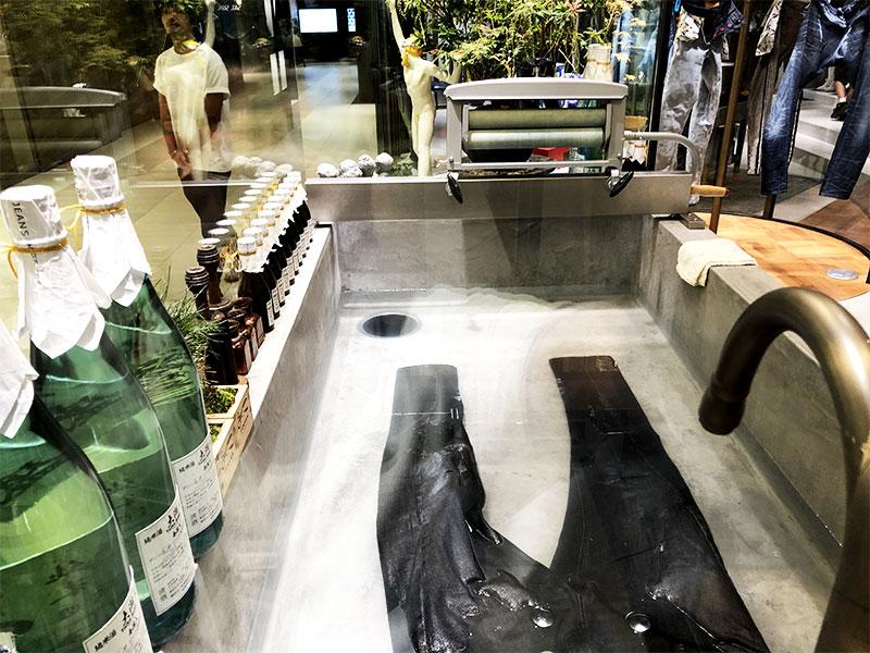 ジーンズ洗浄場2|デンハム銀座SIX