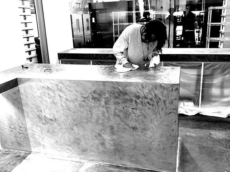 東京広尾・ぱん士郎のカウンター施工中の風景(モールテックス施工事例)|株式会社アートモリヤ